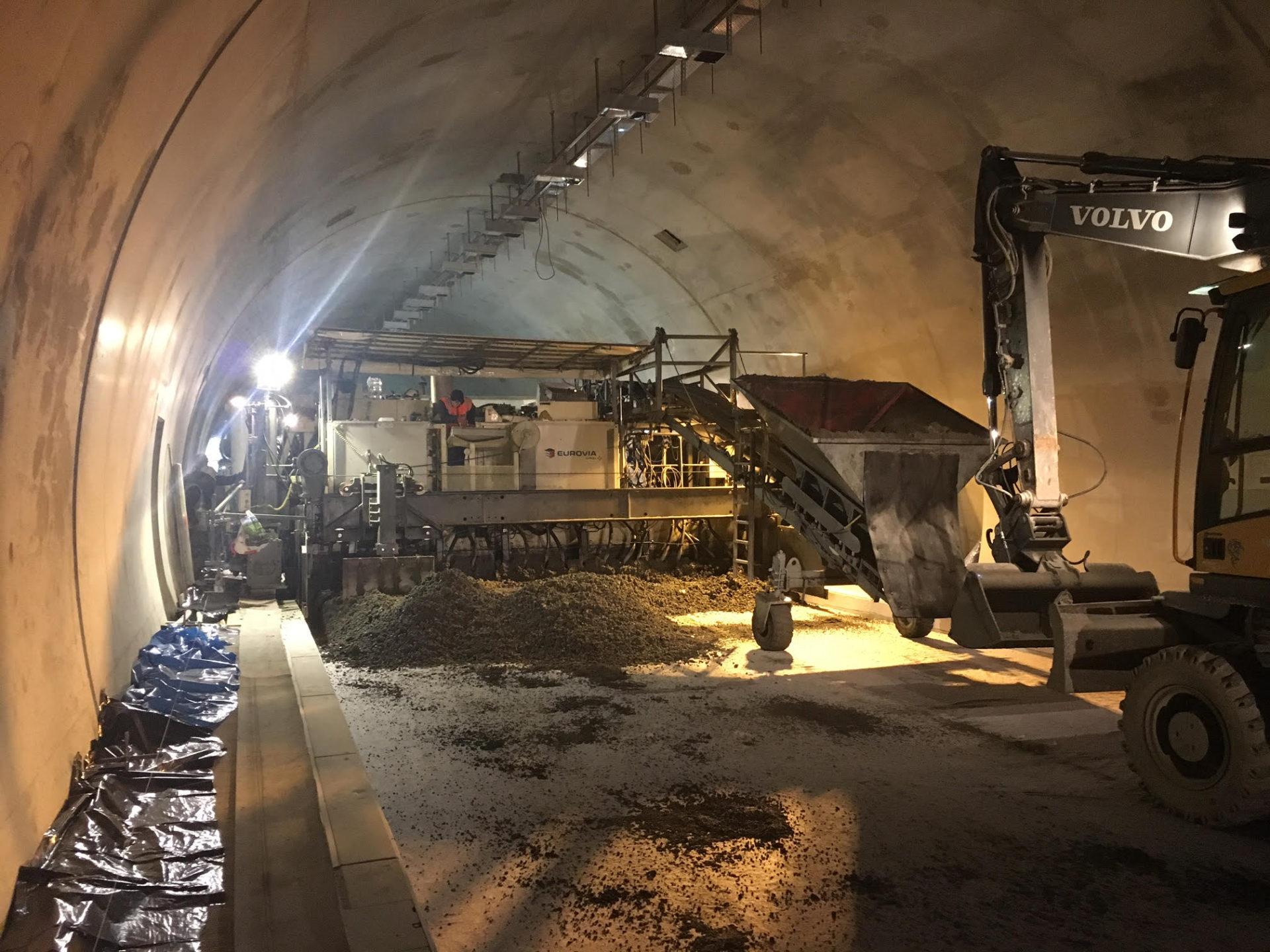 Pokládka betonu v tunelu Povážský Chlmec